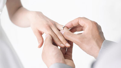 cincin di tangan kiri