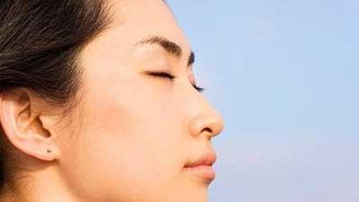 tutup mata meditasi