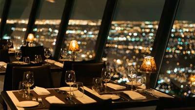 360 Restaurant di CN Tower adalah restoran berputar yang sangat tinggi