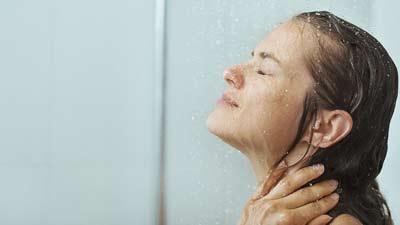 Mandi air dingin juga dapat mengurangi berat badan Anda