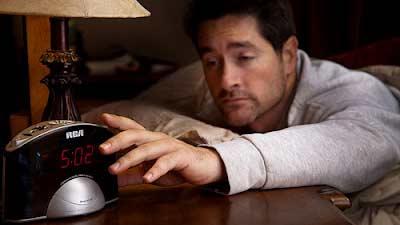 Usahakan jangan menggunakan alarm dan hindari menekan tombol snooze untuk bangun tidur