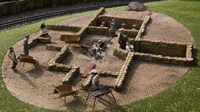 Tergantung dari bidang kerjanya, seorang arkeolog akan dapat berpergian ke luar negeri