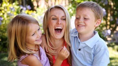 Dengan menjadi au pair maka seseorang dapat pergi luar negeri dengan biaya relatif murah namun tetap bekerja dan dibayar