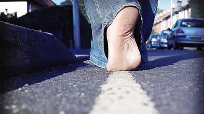 Berjalan di garis lurus menunjukkan bahwa menggunakan hp atau ponsel selagi berjalan dapat berbahaya