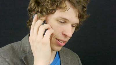 Hindari berbicara di telepon apabila Anda takut banyak menggunakan filler word atau kata pengisi