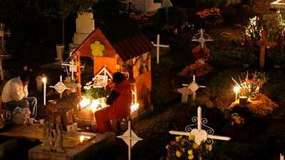 Di Talca, Chile, ada tradisi aneh nan unik dimana mereka merayakan tahun baru di pemakaman
