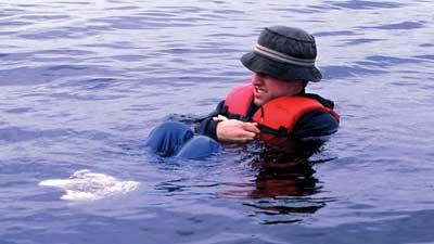 Gunakan posisi HELP (Help Escape Lessening Posture) untuk mencegah hilangnya panas tubuh saat terdampar
