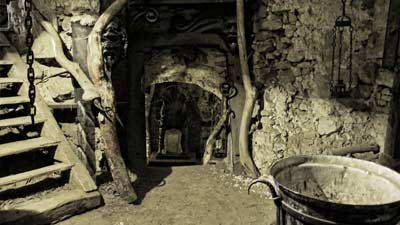 Istana Houska merupakan istana yang bukan untuk menahan serangan luar namun mengurung setan di dalam