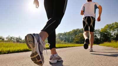 Jangan jogging di bidang yang keras karena itu malah dapat merugikan Anda