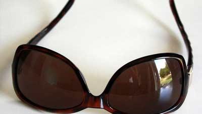 Kacamata hitam murahan yang tidak memiliki anti UV malah akan sangat merugikan mata Anda