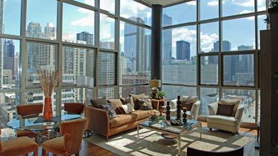 Kantor dengan jendela memperbolehkan masuknya cahaya alami