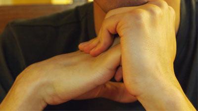 Apa sebenarnya yang terjadi pada saat Anda membunyikan tangan atau sendi Anda