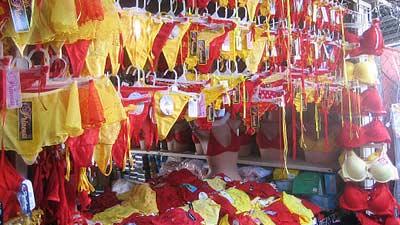 Salah satu tradisi unik pada saat tahun baru di Mexico adalah wanita mengenakan celana dalam penuh warna