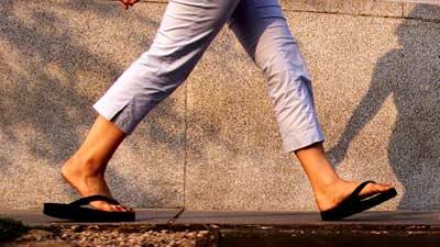 Hati-hatilah terlalu sering mengenakan sendal jepit yang diam-diam merugikan Anda