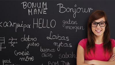 Seorang wanita di samping papan tulis dengan banyak bahasa tentang kata halo