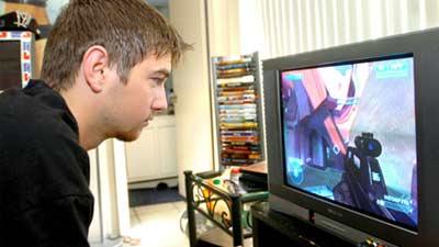 Pria bermain video game tembakan