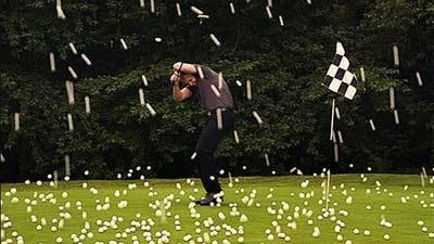Hujan bola golf yang menjatuhi seorang pemain golf