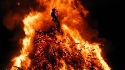 Dibakar hidup-hidup di tiang pancang