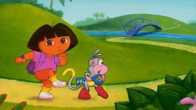 Dora the explorer sedang mengendap-ngendap bersama monyetnya