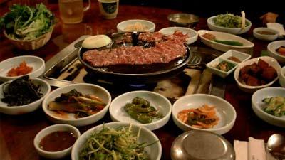 Gogi Gui atau BBQ Korea berikut dengan makanan pendamping