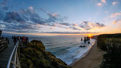 Great Ocean Road menjelang matahari terbenam dari sisi platform turis