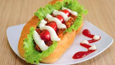 sajian hot dog di atas piring