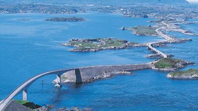 Jalan Atlantik di Norwegia dikelilingi lautan biru yang indah
