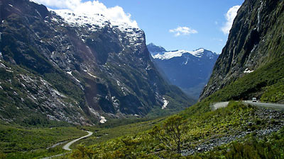 Jalan Milford di Selandia Baru dengan tampak gunung dan panorama menakjubkan