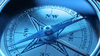 kompas tampak besar dengan jarum mengarah ke kutub utara dan selatan
