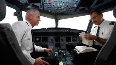 Pilot di dalam kokpit pesawat
