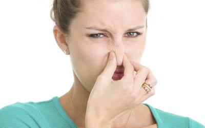 Wanita mencium bau tidak sedap