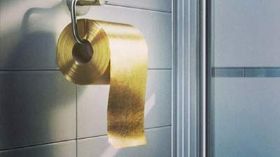 gulungan tisu toilet emas