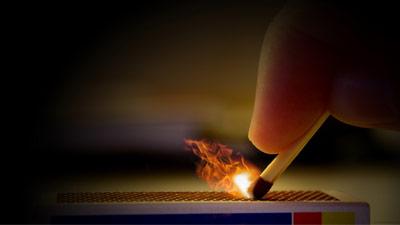 Menyalakan korek api