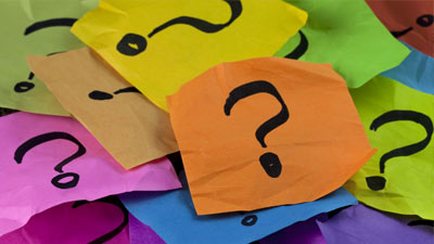 Kumpulan tanda tanya di kertas berwarna