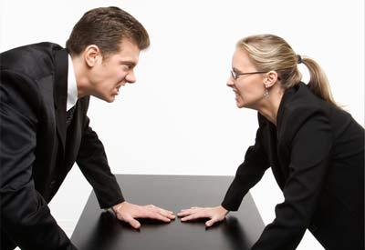 Pria an wanita sedang bersaing satu sama lainnya
