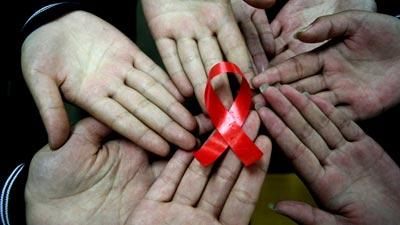 Tangan tangan anak kecil dan simbol hiv/aids
