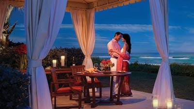 Dengan makan malam romantis atau candlelight dinner sebagai hadiah maka momen tidak terlupakan dalam hidup Anda akan mungkin tercipta