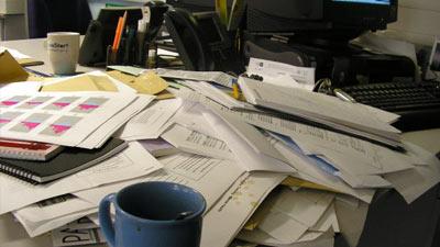 Meja kerja yang berantakan