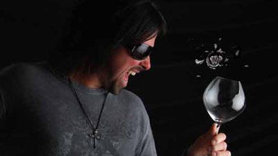 Memecahkan gelas hanya dengan suara