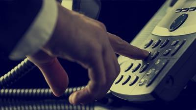 Tangan pria yang sedang menekan nomor telepon