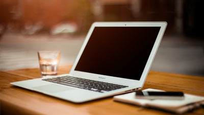 1 Buah laptop, agenda, dan minuman untuk memulai sebuah proyek