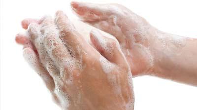 Hal terpenting adalah memastikan tangan selalu bersih