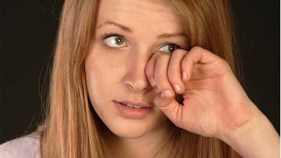 Wanita yang sedang menutupi sebagian matanya