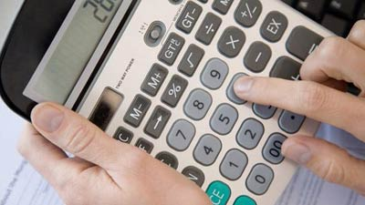 Orang sedang menggunakan kalkulator