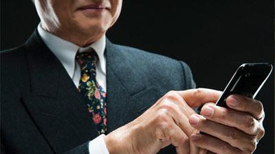 orang tua menggunakan smartphone