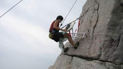 extreme ironing di samping tebing