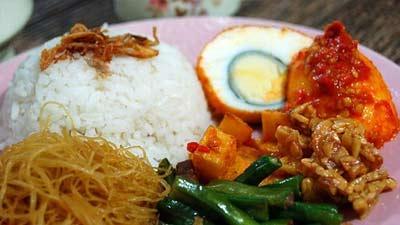 Nasi uduk dengan bihun tempe telur dan nasi