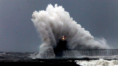 Ombak mosnter atau rogue waves yang menabrak lighthouse
