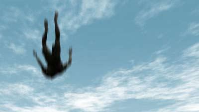Orang sedang jatuh dari ketinggian