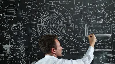 Orang jenius sedang menulis di papan